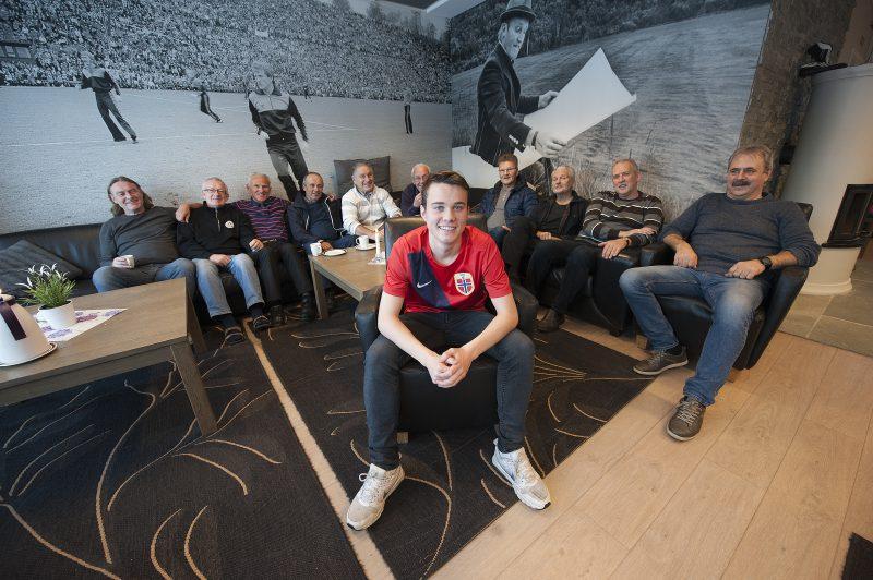 Brede Frøysa er Mo ILs 12. landslagsspiller. I dag var han innom klubbhuset og hilste på noen av klubbens veteraner.