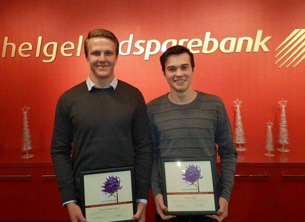 Audun Nystad Kvitvær (t.v.) og Brede Frøysa ble i dag tildelt idrettsstipend fra Helfgeland Sparebanks gavestiftelse.