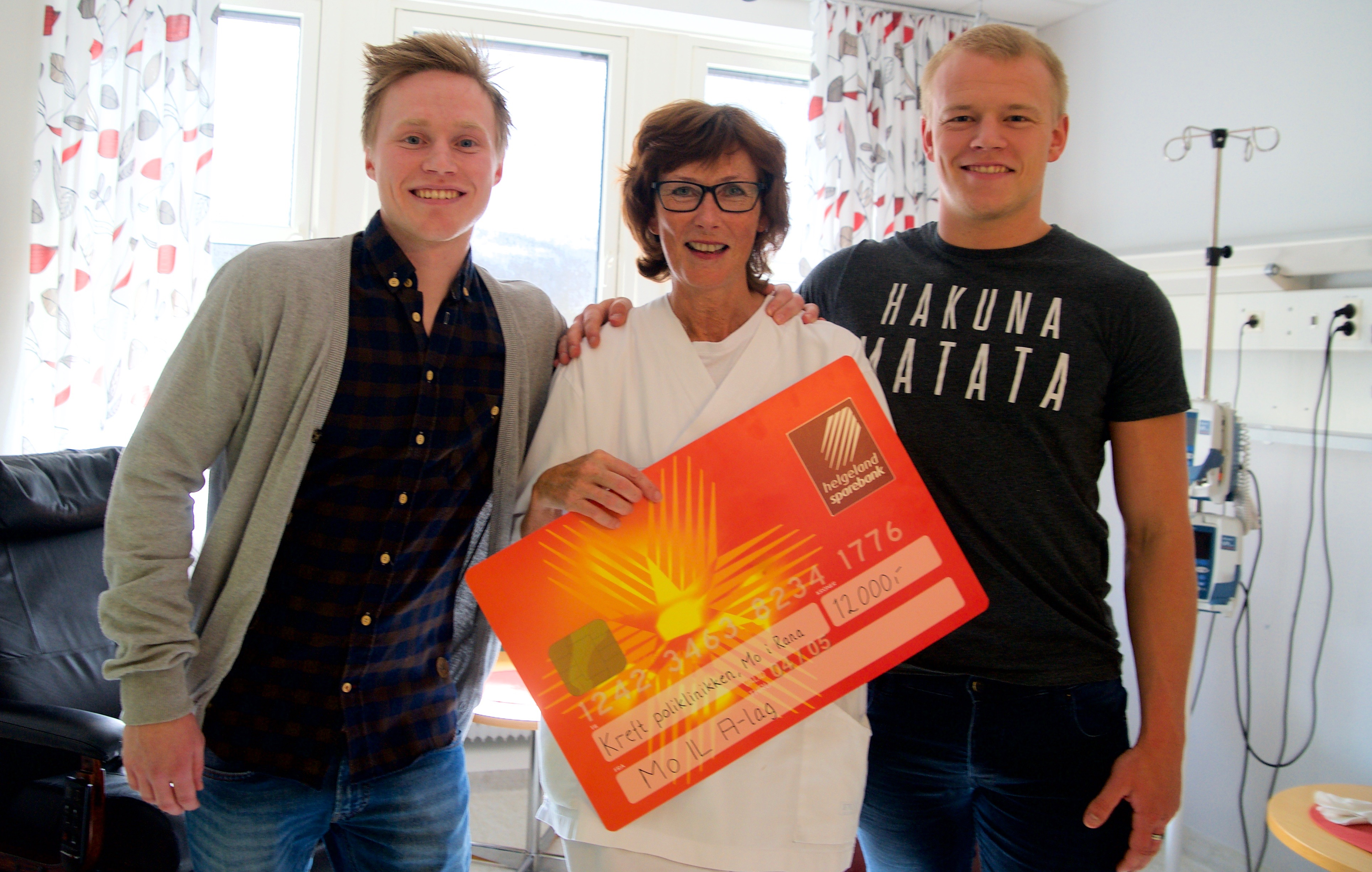Kreftsykepleier Sølvi Hall ble svært glad da Mo ILs Niklas Bakksjø (t.v.) og Olav Ekroll Hauknes i dag troppet opp på kreftpoliklinikken med en gavesjekk på 12.000 kroner.