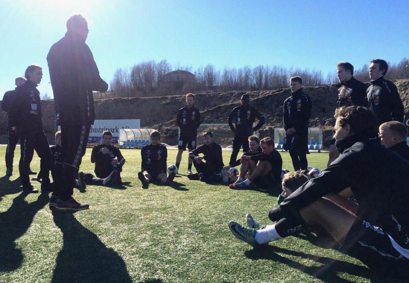 Trener Thor-André Olsen maner siner spillere til å stå opp og frem, etter en laber forestilling mot Mosjøen.