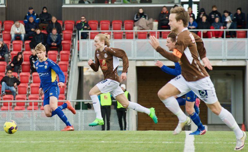 Under kampen Mo-Mosjøen skal en tilskuer ha kommet med rasistiske utsagn mot en Mosjøen-spiller. – Totalt uakseptabelt, sier Mo IL i en uttalelse.